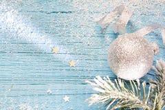 Sneeuw en spar abstracte Kerstmis blauwe houten achtergrond Royalty-vrije Stock Afbeeldingen