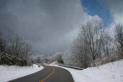 Sneeuw en weg Stock Afbeelding