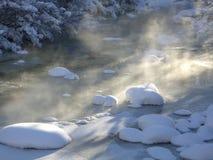 Sneeuw en Zon op de Bevroren Rotsachtige Rivier van de Berg Royalty-vrije Stock Afbeelding