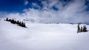 Sneeuw Fileds op het Hoge Alpiene Gebied van Zonpieken Royalty-vrije Stock Afbeelding