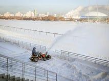 Sneeuw het schoonmaken royalty-vrije stock fotografie