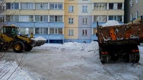 Sneeuw het schoonmaken door de bulldozer stock videobeelden