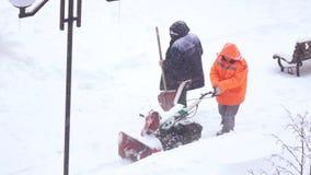 Sneeuw het schoonmaken met de machine van de sneeuwverwijdering stock video