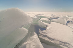 Sneeuw, ijs, heuveltjes op snow-covered ijs van meer. Stock Afbeeldingen