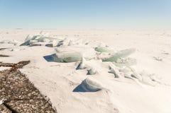 Sneeuw, ijs, heuveltjes op snow-covered ijs van meer. Een natuurlijke winte Stock Afbeelding