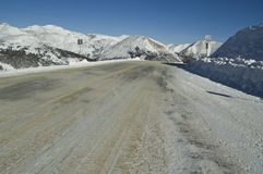 Sneeuw ingepakte bergweg Royalty-vrije Stock Foto's