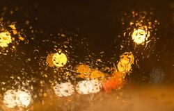 Sneeuw met druppeltjes op het autoglas bij nacht Royalty-vrije Stock Foto's