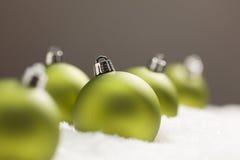 Sneeuw met Groene Kerstmisornamenten met Tekstzaal Royalty-vrije Stock Afbeeldingen