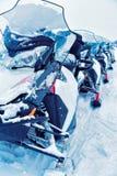 Sneeuw mobiles in bevroren meer bij de winter Rovaniemi stock afbeeldingen