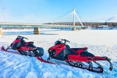 Sneeuw mobiles bij Kaarsbrug in de bevroren meerwinter Rovaniemi stock fotografie