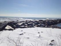 Sneeuw naast de oceaan stock afbeelding