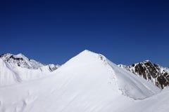 Sneeuw off-piste helling en blauwe duidelijke hemel bij aardige de winterdag Royalty-vrije Stock Foto