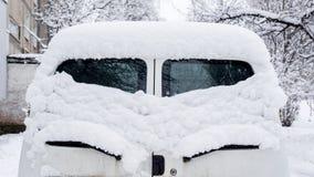 Sneeuw op auto's na sneeuwval oog-als achterruit, stock afbeelding