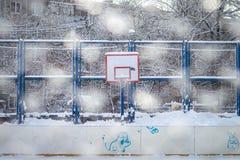 Sneeuw op basketballshoesspeelplaats in de winter stock afbeeldingen