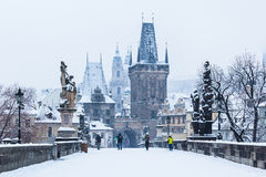 Sneeuw op Charles Bridge, de winter van 2015 Praag, Tsjechische Republiek Stock Foto's