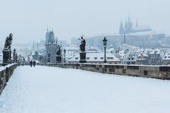 Sneeuw op Charles Bridge, de winter van 2015 Praag, Tsjechische Republiek Royalty-vrije Stock Foto's