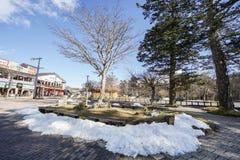 Sneeuw op de vloer in zonnige die dag in Chuzenji-meer in Nikko wordt gevergd Royalty-vrije Stock Foto