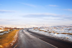 Sneeuw op de weg over dartmoor nationaal park Stock Foto