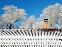 Sneeuw op het dak stock afbeeldingen