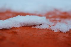 Sneeuw op het rode dak, close-up, macro stock afbeelding