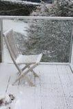 Sneeuw op houten stoel Stock Foto
