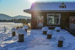 Sneeuw op landelijk huis stock foto
