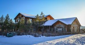 Sneeuw op landelijk huis stock afbeelding