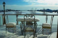 Sneeuw op lijst, stoel en dek van een huis in de voorsteden. Stock Afbeeldingen