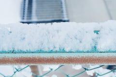 Sneeuw op netto metaal royalty-vrije stock foto