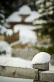 Sneeuw op omheining in de winterscène royalty-vrije stock fotografie