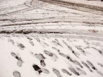 sneeuw op weg en weg buiten van de de slepenvoet van bandtekens de drukkenfloo stock fotografie