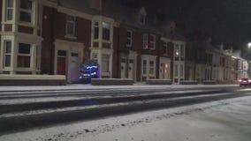 Sneeuw op weg in het UK stock video