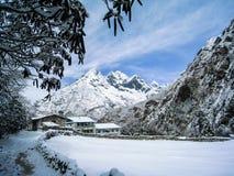 Sneeuw overal Tengboche met blauwe hemel Royalty-vrije Stock Foto's