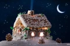 Sneeuw peperkoekplattelandshuisje met sterren en maan Royalty-vrije Stock Foto's