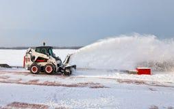 Sneeuw schoonmakende bestratingen en straten van stad die binnen behandeld zijn Royalty-vrije Stock Fotografie