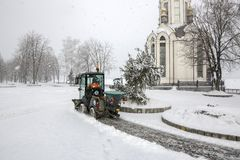 Sneeuw schoonmakende bussen in stad tijdens zware sneeuwval royalty-vrije stock afbeeldingen