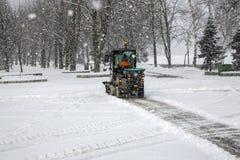 Sneeuw schoonmakende bussen in stad tijdens zware sneeuwval royalty-vrije stock foto's