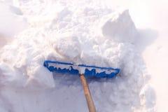 Sneeuw schoonmakende schop dichtbij het huis royalty-vrije stock foto's