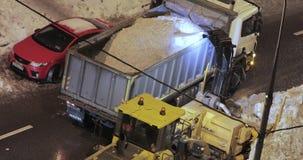 Sneeuw schoonmakende tractor stock footage