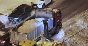 Sneeuw schoonmakende tractor stock video