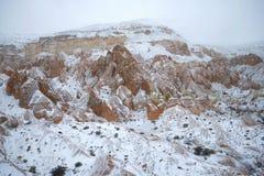 Sneeuw sombere dag in de bergen van Cappadocia Nabijheid van Goreme, Turkije royalty-vrije stock fotografie