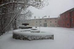 Sneeuw in stad stock foto's