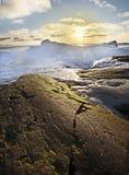 Sneeuw strand met groene rots Royalty-vrije Stock Foto's