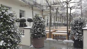 Sneeuw in tuin stock video