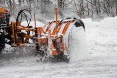 Sneeuw-verwijderende machine maakt de straat schoon Stock Foto's