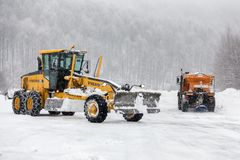 Sneeuw-verwijderende machine maakt de straat schoon Royalty-vrije Stock Fotografie
