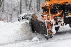 Sneeuw-verwijderende machine maakt de straat schoon Royalty-vrije Stock Foto