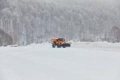 Sneeuw-verwijderende machine maakt de straat schoon Stock Afbeelding