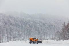 Sneeuw-verwijderende machine maakt de straat schoon Stock Afbeeldingen