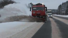 Sneeuw-verwijderende machine verwijdert sneeuw uit de weg Front View Langzame Motie stock footage